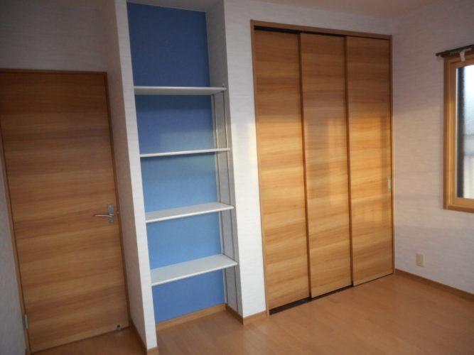 飾り棚は可動式にし実用的に使えるようリフォームしました クローゼットは3枚引戸にしたことで、部屋が広く使えるようになりました