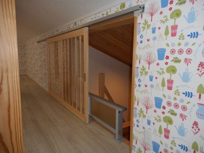 開口に建具を付けることで、冷暖房の効きもよくなりました。格子戸にはアクリル板を使っているので、軽くて開閉しやすいです
