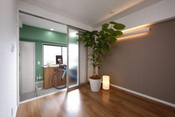 外廊下と寝室の間に土間スペースを設ける事でプライバシーが守られます