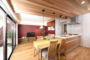 LDKの天井と床に無垢材をふんだんに使用して、温もりを感じる空間に