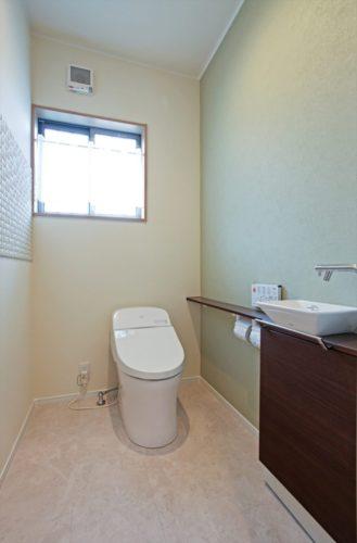 手洗いカウンター付きのゆとりあるトイレ。