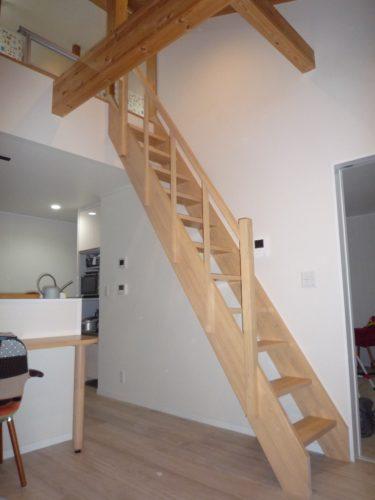 階段はヤマシタのオープンひな段階段 BEAM ゴム材塗装を選びました。家の雰囲気を壊さない開放的なデザインですね