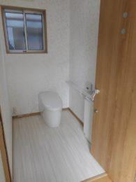 少し広めのおトイレ。ドアは、ケアシスト!!開口を広くとれるようにしたドアです。もし車イスになっても安心です。