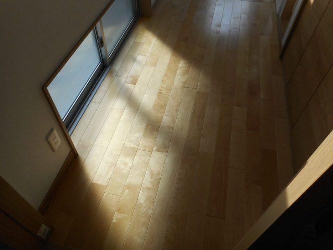 地窓を付けたので、ホールも明るくなりました。