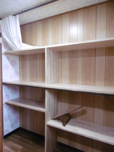 キッチン近くに壁面収納を設けた大型物入れ。何でも入ります