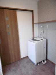 洗濯機の上に棚。何でも置けて便利。洗濯かごを置くスペースも確保!!