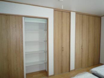 寝室もゆったりできる広さです。セミダブルを2つ置いても狭く感じないです。収納もできる限りたくさん!ということですので、洗面所の裏を可動棚スペースとしました。引戸を閉めたとき、物が見えないようロールスクリーンを付けて、目隠しです。