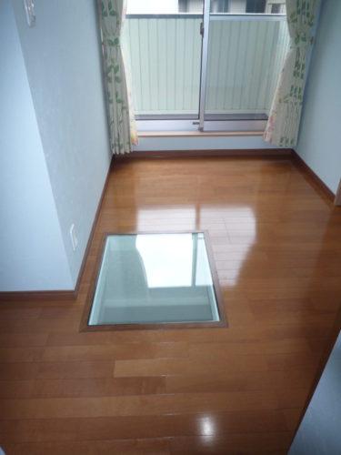 2階の床を抜き、下へ光を通すようにしました。ここちよい光が入ってきます。