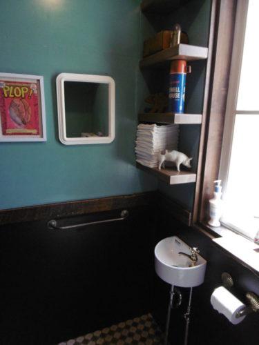 壁は、下は掃除がしやすいキッチンパネル。上は、施主様自慢のグリーンの塗装で、濃い木目にぴったり。