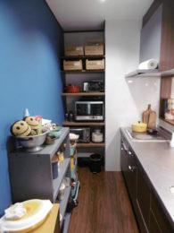 木目を生かしたキッチンと家電棚は古材を再利用!!とっても丈夫です。