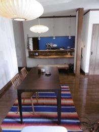 ダイニングからカウンター越しに見える、目のさめるブルーが、キッチンなんて素敵すぎる