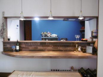レストランだった時に使っていたカウンターを再利用して取付ました。壁は古材をカットして張りつめました。背面のアクセントブルーと相性バツグン!!