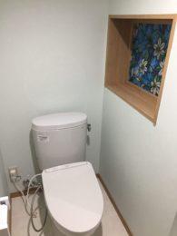 外にあったトイレを室内から使えるように。柱の関係で、柱がどうしても抜けず、少し変形したおトイレ空間になりました。