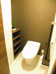 タンクレストイレでスッキリとモダンに。収納スペースや手すりなど機能面も充実しました。