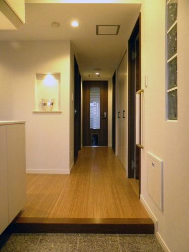 玄関ホールも白とブラウンを基調とした上品な仕上がり