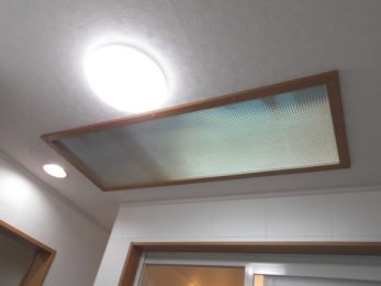 大きな天窓と天井の柄にも注目