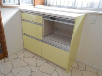 キッチンとカップボードは黄色をチョイス
