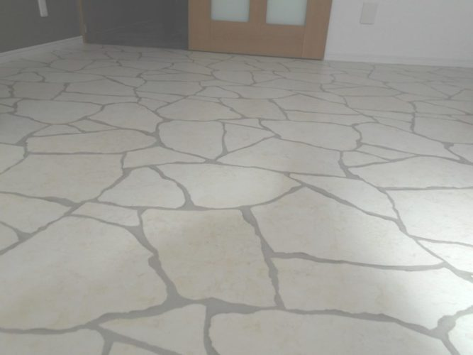 キッチン床は、まるでカフェのような白いタイル柄