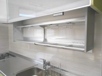 電動の昇降式収納と水切りで収納スペース確保
