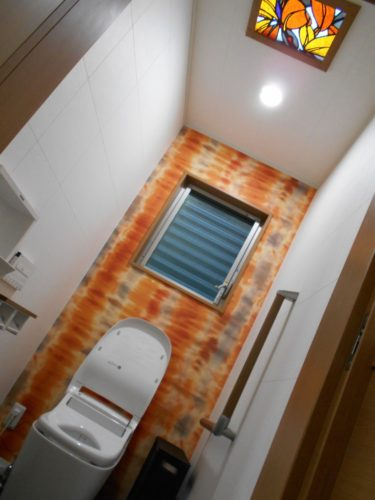 ステンドグラスの天窓や背景のオレンジ色の壁紙がアクセント☆