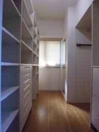 作り付けの棚で大容量の収納スペースを確保しました。