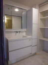 清潔感のある真っ白な洗面化粧台と、キャビネットや作り付けの棚を設けて、使いやすくて片付けやすい空間に生まれ変わりました。