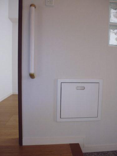 ベンチは使用しない時は壁面に収納できるので、出入りの邪魔になりません。