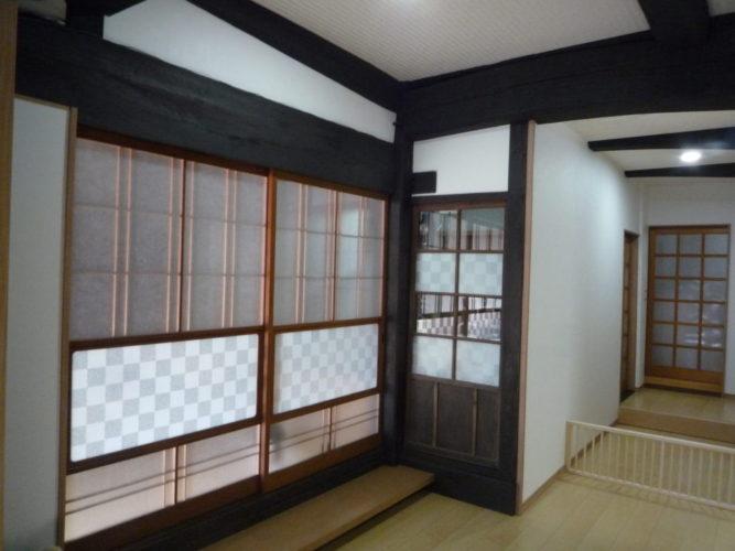 建具のフレームはそのまま残し、安全性を考えガラスからアルミ板に替え、市松模様のフィルムを貼りました。