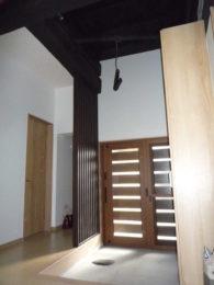 天井を解体したら、自在鉤(じざいかぎ)が出てきました。当時の生活スタイルを残します。