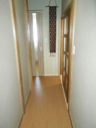 既存の床板の上から新しい床を貼りました。明るくきれいな廊下になりました。