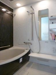 ゆったりと足を伸ばせる浴槽。暖色系のダウンライトでよりリラックスできます。