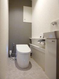 グレー×白を基調に清潔感のあるトイレ空間