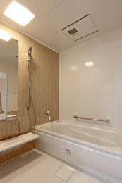 念願の足を伸ばせる浴室。脱衣所から浴室も引き戸で段差無く入れます。