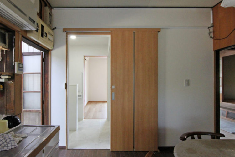 キッチン側から見た洗面所と居室。