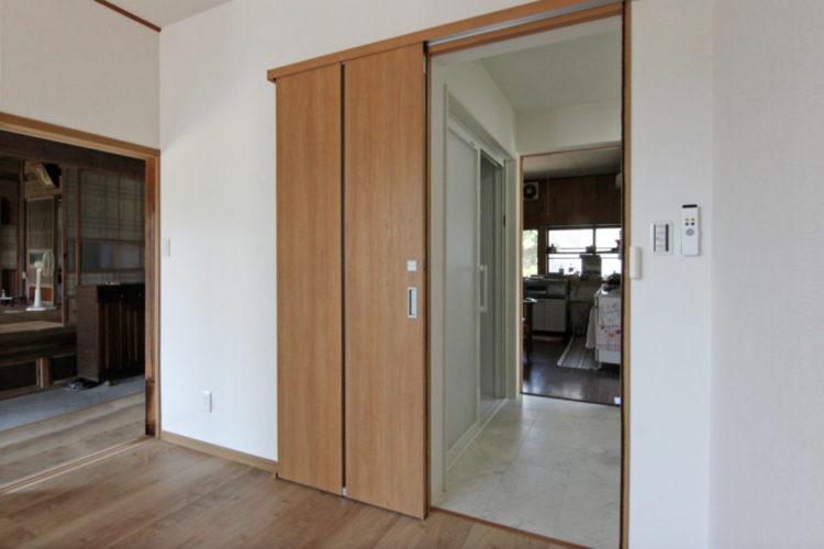 居室・洗面所・玄関・キッチンがフラットで繋がりました。