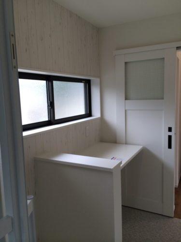 洗面脱衣室に設けたカウンターは取り込んだ洗濯物を畳んだり、アイロン掛けもできます。