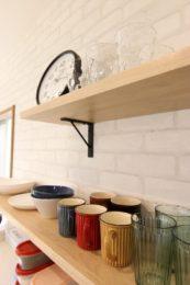 キッチン背面のオープン棚に可愛い食器が並びます