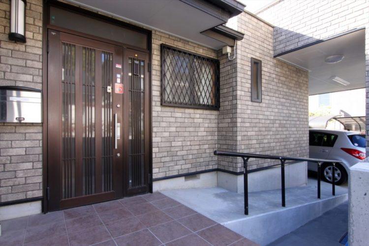 駐車場から玄関まで残差のないスロープでアクセスできます。
