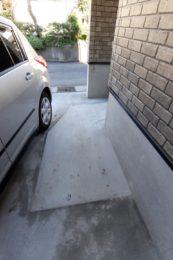 駐車場から玄関まで段差が無いので車椅子でも出入りしやすくなりました。