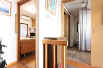 玄関を上がってすぐの奥様の居室から水まわりやエレベータまでフラットでアクセスできます。