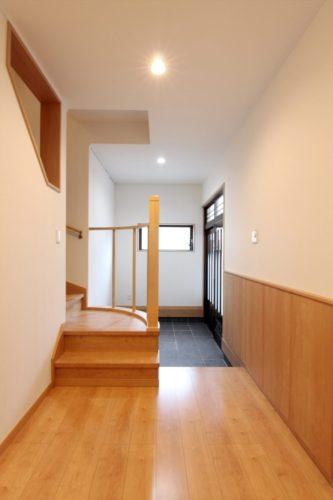 間口1間の玄関ホールには壁面に埋め込んだたっぷりの靴収納も。