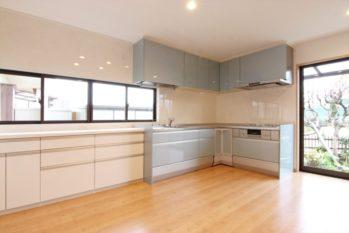 家事動線が便利なL型キッチン。壁面にはたっぷりの収納を設けました。