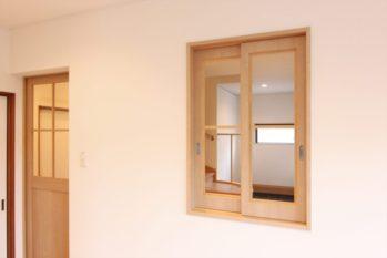 玄関ホールに繋がる室内窓は引き戸とお揃いで制作しました