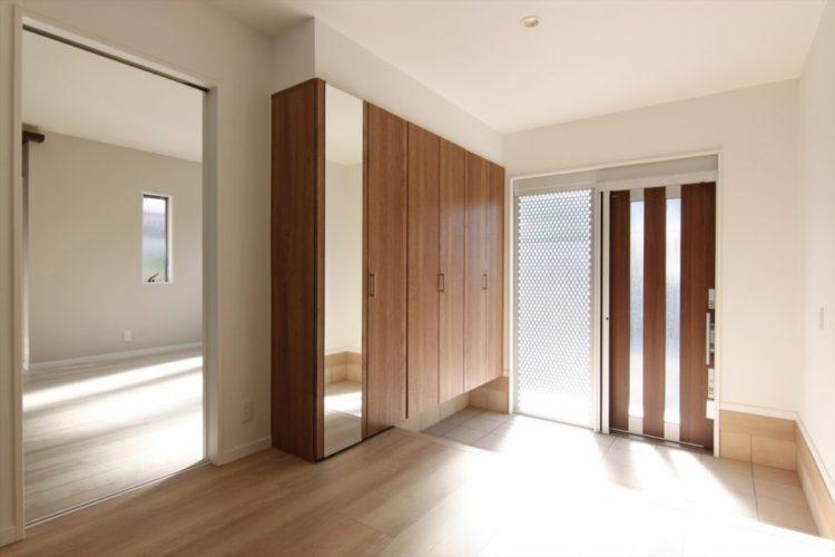 玄関引き戸の袖壁はパンチングメタルなので程よく光が入りまます