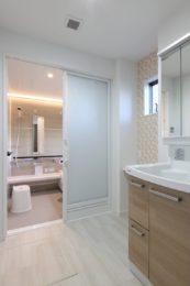 バリアフリーでつながる洗面所と浴室