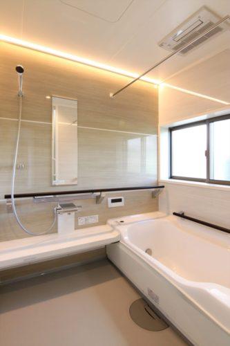 浴槽のまたぎが低くなっていたり手摺を兼ねたサポートバーで安全な入浴をサポート