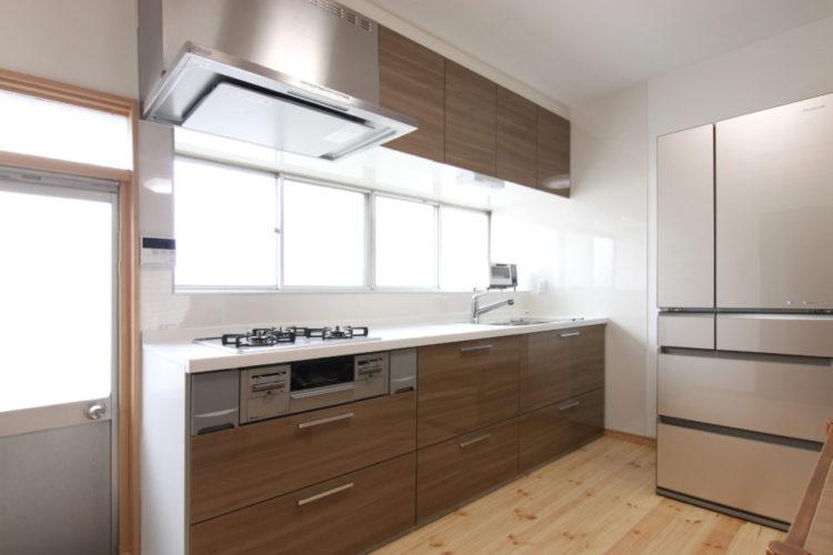 シンプルで使いやすいシステムキッチン。収納も豊富です