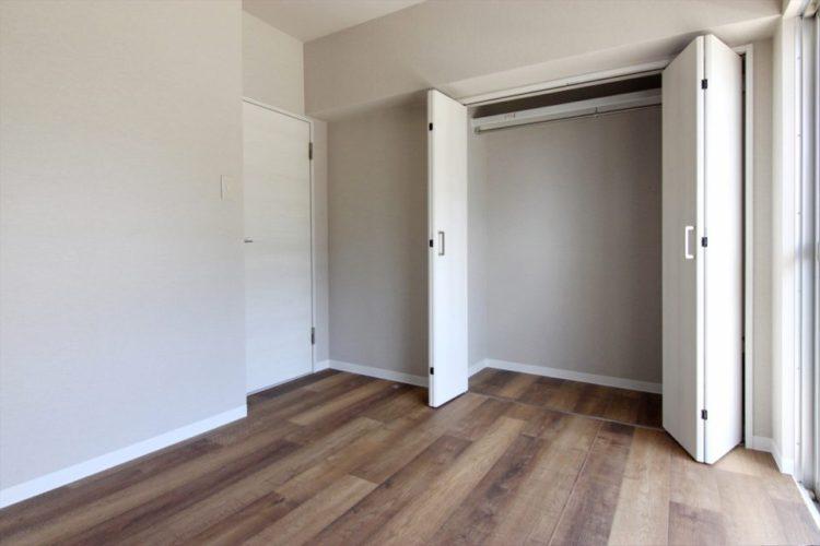 収納の向きを変更して寝室側に大きなクローゼットを設けました