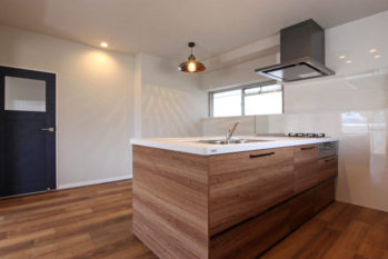 賃貸マンションでは珍しいオープンキッチンが印象的なLDK
