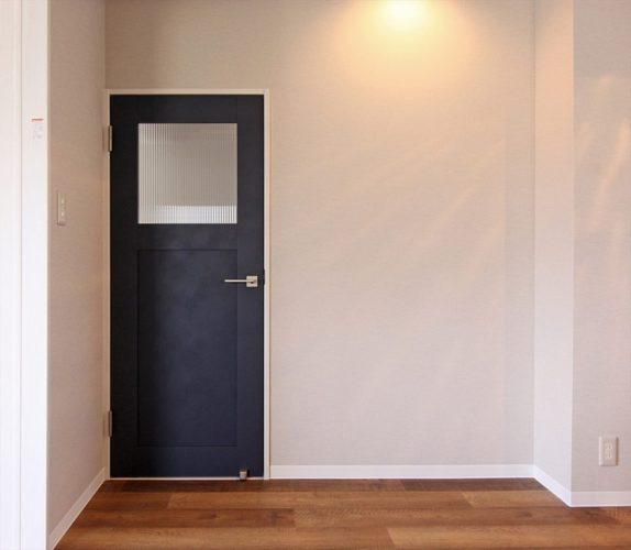 ネイビーのドアがアクセント